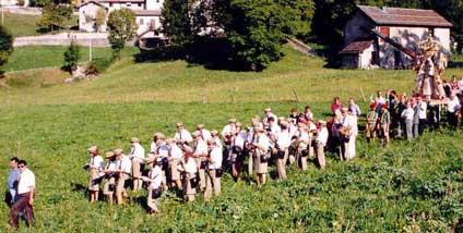 Processione per i campi di Fuipiano Imagna